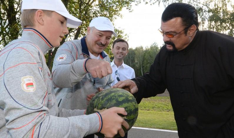 Belarusian Harvest: Lukashenko Treats Steven Seagal to Local Produce (VIDEO)