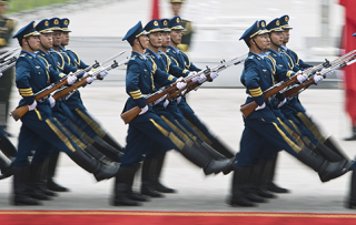 Soldiers-of-the-Chinese-Peoples-Liberation-Armys-honor-guard-battalions-AP-e1382820788928-320x203