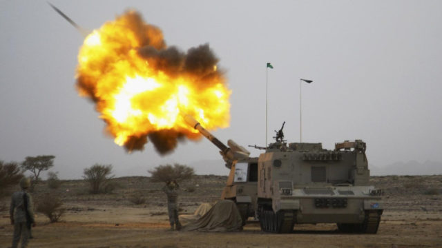 Saudi army artillery fire shells towards Houthi movement positions at the Saudi border with Yemen April 15, 2015. REUTERS/Stringer TPX IMAGES OF THE DAY - RTR4XHTX